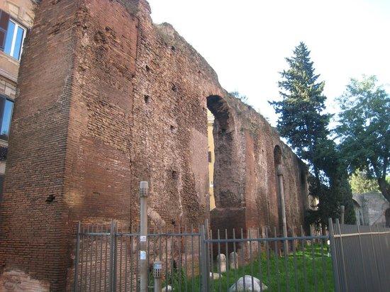 Porta Maggiore: Fascinating brickwork