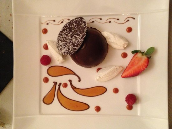Le Bistrot d'Aurelie : En plus d'une présentation artistique, ce dôme de chocolat au caramel beurre salé et orange fut