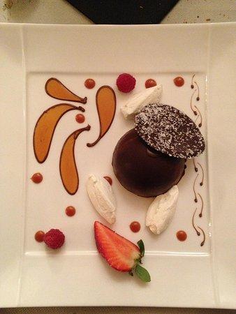 Le Bistrot d'Aurelie: En plus d'une présentation artistique, ce dôme de chocolat au caramel beurre salé et orange fut