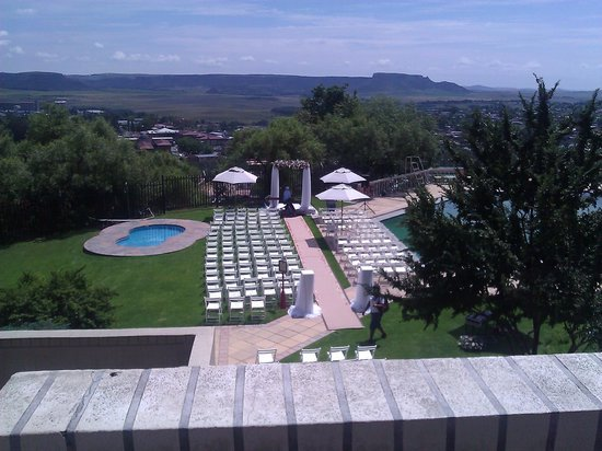AVANI Lesotho Hotel & Casino: The pool and grounds