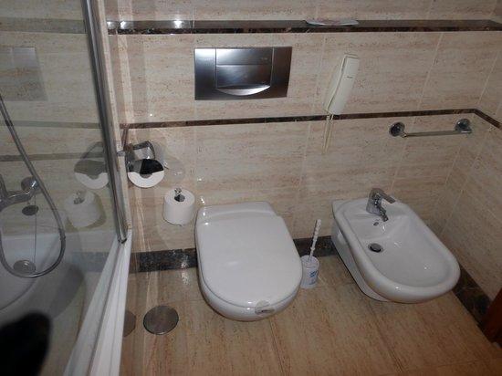 Hotel RH Bayren Parc: una vista del baño