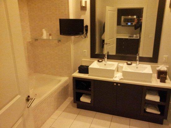 Provident Doral at The Blue Miami: Salle de bain (baignoire et douche) avec tele