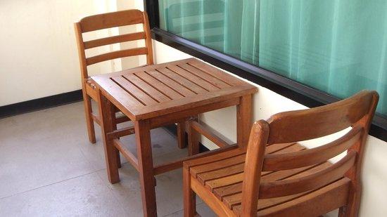 Baywalk Residence Pattaya : ベランダに置かれたテーブル