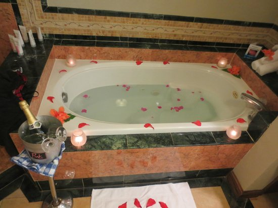 Sandals Royal Caribbean Resort and Private Island : surprised to find our tub decorated also champagne