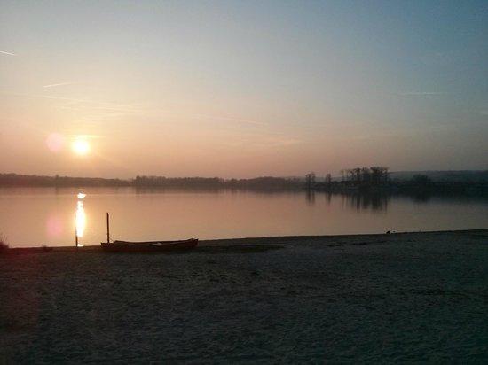 Center Parcs Le Lac d'Ailette : Vue Sur le Lac depuis Plage de sable