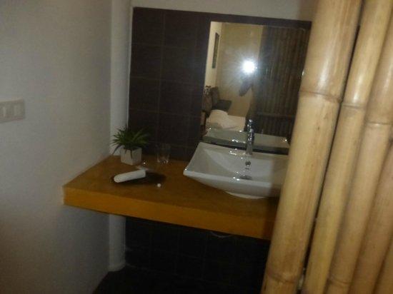 Angkana Hotel Bungalows: salle de bain
