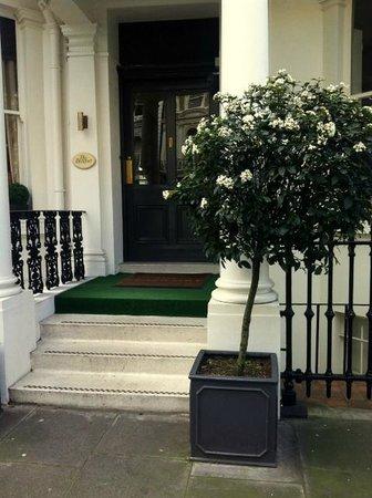 The Beaufort Hotel: entrance from quiet cul-de-sac street 2 min from Harrods