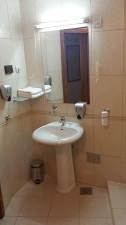 Hotel Le Petit Piaf: Bathroom