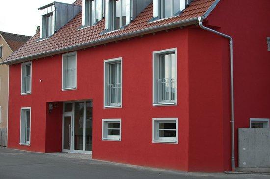RotHweinHotel: Eingang vom Parkplatz