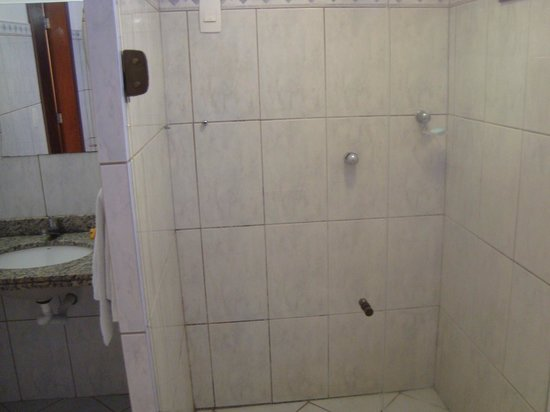 Apart Hotel Ponta do Sol: Boas instalações,falta ar condicionado e principalmente atenção aos hóspedes.