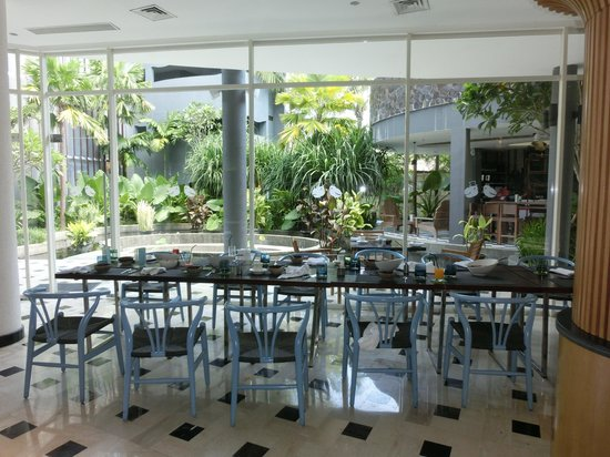 Le Meridien Bali Jimbaran : Bamboo Cafe Seating View - Serves daily breakfast
