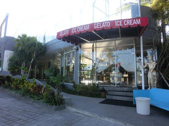 Le Meridien Bali Jimbaran : Back entrance from Gelato cafe - leading to Bamboo Cafe / Jimbaran beach restaurants