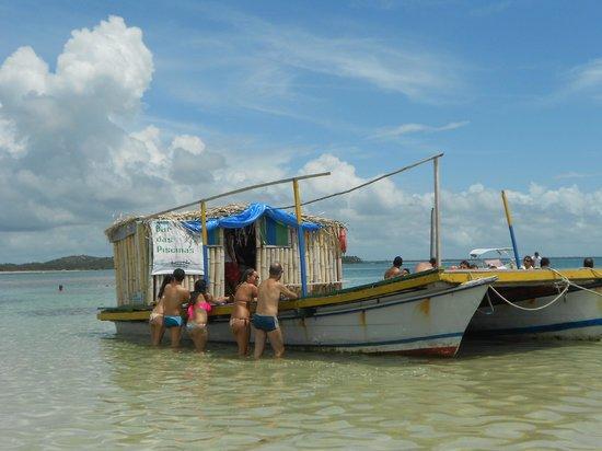 Morere : Barco que vende bebidas e petiscos nas piscinas naturais.