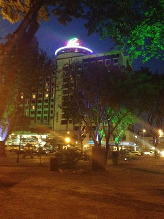 Bayview Hotel Georgetown Penang: 夜のホテルの外観