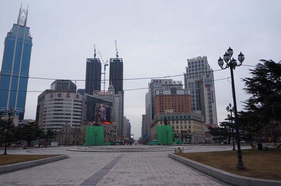 Dalian Zhongshan Square : 昼間の広場