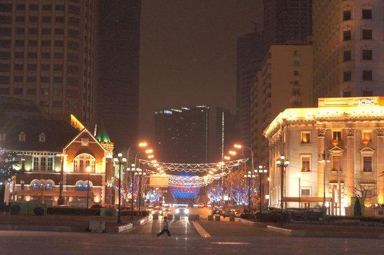 Dalian Zhongshan Square: 広場内から見た中山路(友好広場方面)