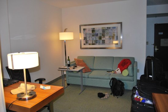SpringHill Suites Newark Liberty International Airport : sitting area, my husband said the table height was perfect