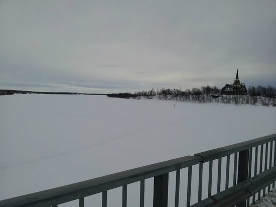 Davvi Arctic Lodge: Frozen river for snowmobiling