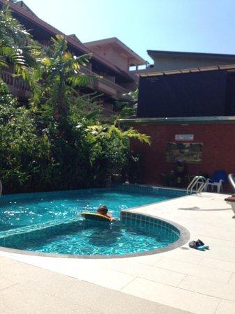 Baan Sailom Hotel: бассейн