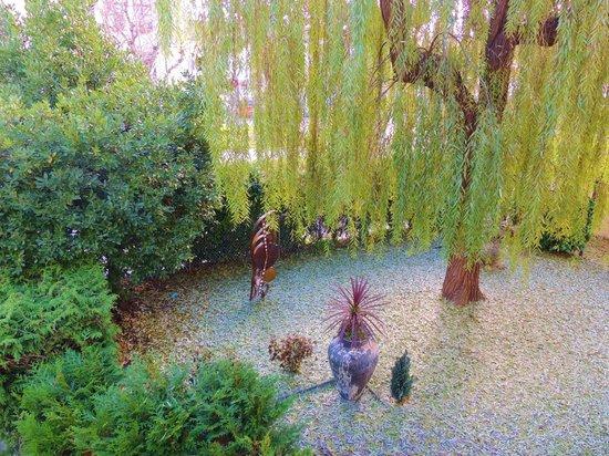 Hôtel des Horlogers : Notre Jardin vue d'une chambre