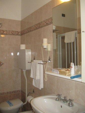 Hotel Parioli: Ванная (в одном номере был душ, в другом ванная)