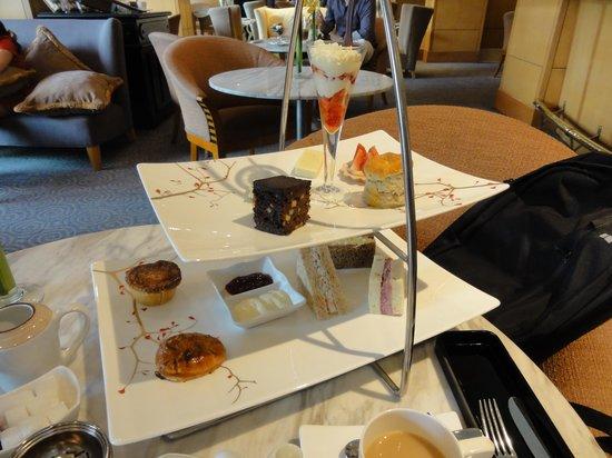 Caravelle Saigon : ケーキのセット
