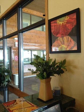 Econo Lodge Inn & Suites: LOBBY VIEW