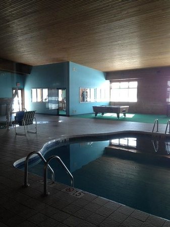 Econo Lodge Inn & Suites: POOL TABLE/POOL AREA