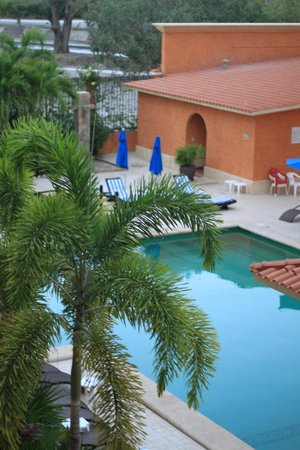Marina Park Plaza Huatulco: View from our 2nd floor entrance door (of pool area).