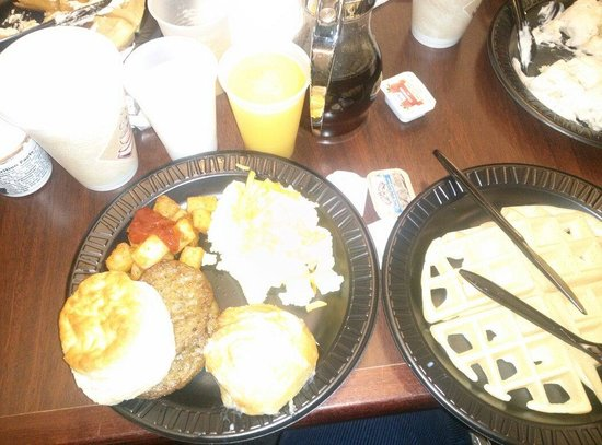 Drury Inn & Suites St. Louis Creve Coeur: Bountifull breakfast