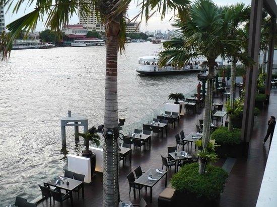 Royal Orchid Sheraton Hotel & Towers: Restaurant Giorgio's sur la rivière