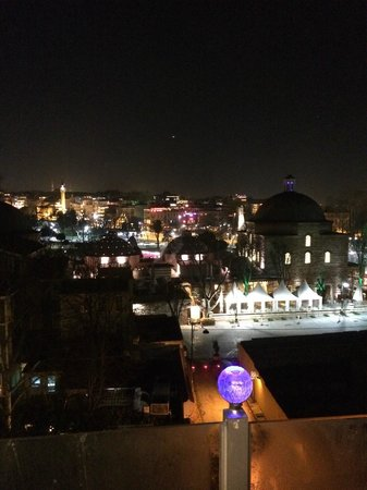 Seven Hills Hotel: Night time view from terrace