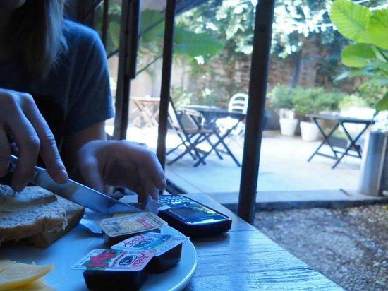Ultra Hotel : vista del patio desde el comedor donde se puede degustar un delicioso desayuno.