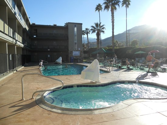 Royal Sun Inn : la piscine et le jacuzzi
