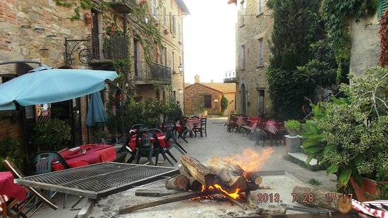 Trattoria di campagna Borgo Cenaioli: estate nel borgo