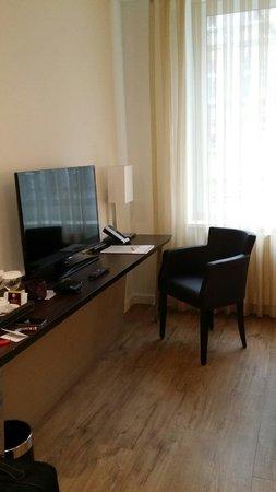 Hotel Vier Jahreszeiten Berlin City: Schreibtisch und TV