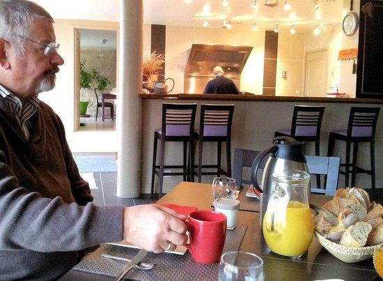 restaurant et chambre d'hôte : Aan het ontbijt met keuken op de achtergrond