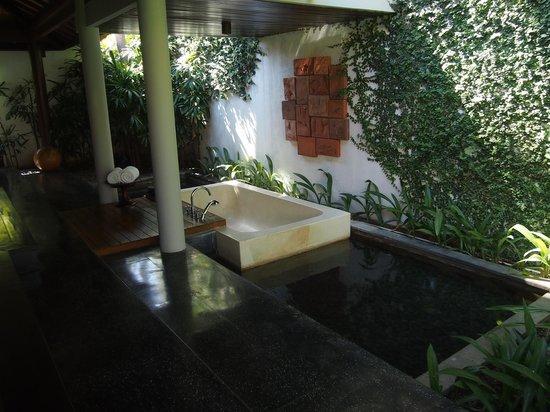 The Legian Bali : バスタブは屋外