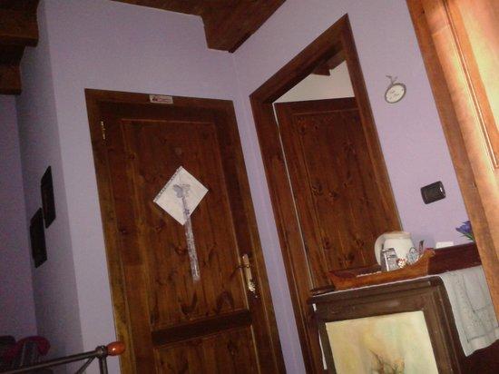 Casa Del Poggio Solivo: pareti camera lilla