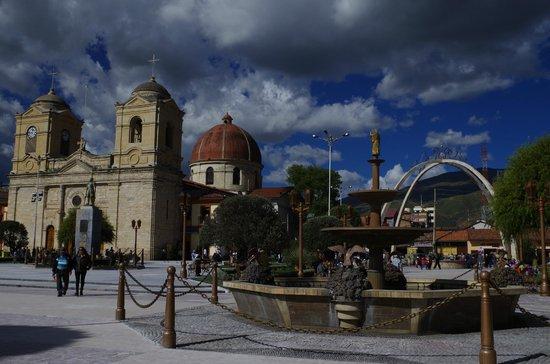 Basilica Catedral de Huancayo : Otra toma de la plaza, donde destaca la catedral, una de las piletas y los arcos cruzados.