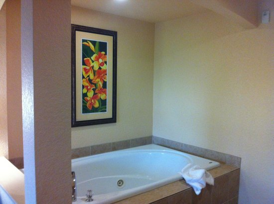 Vacation Village at Parkway: Jacuzzi tub in the bedroom