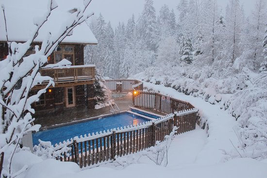 Timberline Lodges by Fernie Lodging Company : Outdoor Heated Swimming Pool at Timberline Lodges