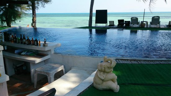 B52 Beach Resort: Swim up bar in infinity pool