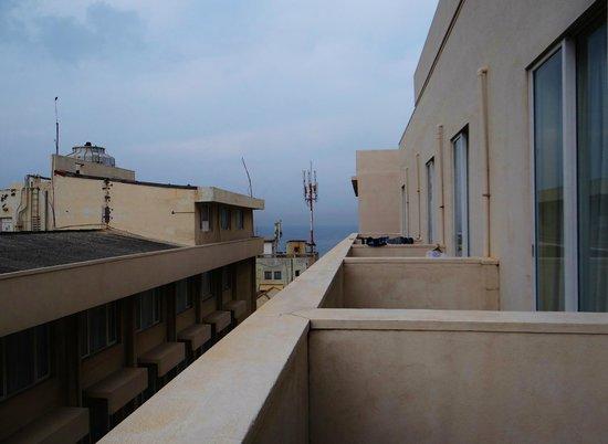 Renuka City Hotel: My view of the Indian Ocean (ocean is behind the ariel)