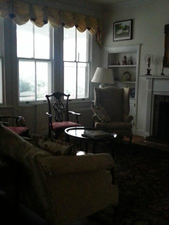 Inn on Poplar Hill : Front room