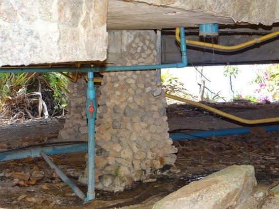 View Point Resort: dessous des cottages les eaux usées coulent sur les rochers avant de se jeter à la mer
