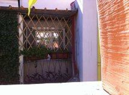 Hotel Trevi Collection: Ventana de la habitación con la reja e inicio de la terracita de fumar.