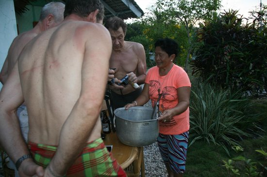 Hard Rock Cottages : Elma shows the fish she will serve