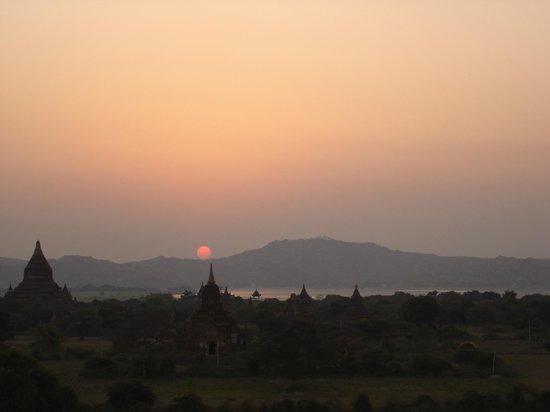 Tempel von Bagan: Sunset at Bagan plains and its countless stupas