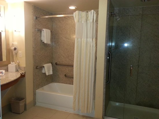 Hilton Garden Inn Portsmouth Downtown: Suite - Bathroom